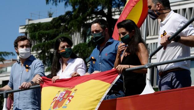 Die rechtspopulistische Vox-Partei mit ihrem Chef Santiago Abascal (Mitte) (Bild: AFP)