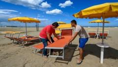 In Cesenatico an der Adria-Küste wird alles für Strandbesucher bereit gemacht. (Bild: AFP or licensors)