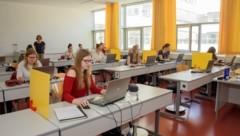 Ebenfalls Abschluss: Rund 1000 Schüler in Berufsbildenden Schulen wie der HAK Kirchdorf (Bild: Haijes Jack)