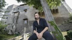 """Schauspieler Max Simonischek mit Kafkas """"Der Bau"""" auf der Burg Golling. Nach Salzburg kommt der Mozarteum-Absolvent immer wieder gerne. (Bild: Tschepp Markus)"""