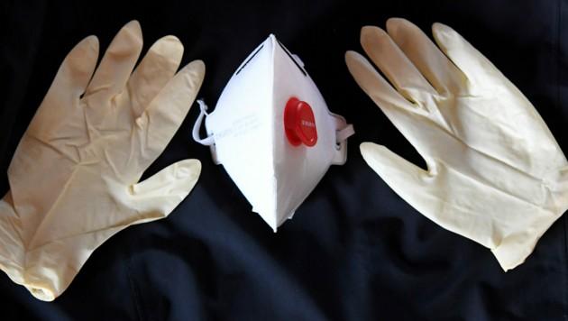 Das rote Kreuz verteilt die Masken an die 7000 Mitarbeiter (Symbolbild). (Bild: APA/dpa/Carsten Rehder)