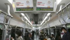 In den U-Bahnen wird die Maskenpflicht auf elektronischen Bildschirmen angezeigt. (Bild: AP)