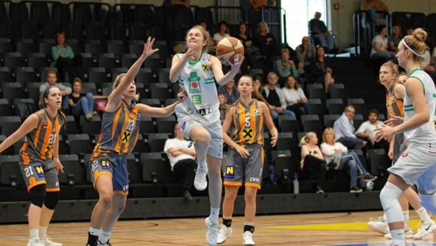 Camilla Neumann (am Ball) und die UBI-Graz-Damen brauchen einen neuen Cheftrainer. (Bild: Bernd Kohlmaier)
