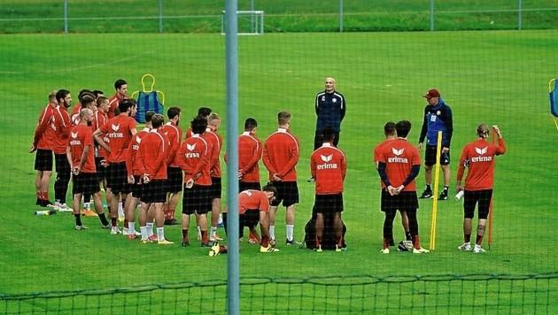 "Trainer Gernot Plassnegger versammelte seine ""Rotjacken"" zum ersten Mannschaftstraining. (Bild: Pail Sepp)"