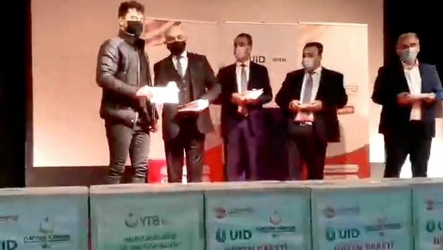 """Während des Ramadan wurden unter """"Corona-Hilfe"""" Lebensmittel und 200-Euro-Gutscheine an türkische Studenten in Österreich verteilt, bezahlt von der AKP-Regierung. Botschafter Ozan Ceyhun (2. v. li.) würdigte diese Hilfssendungen. (Bild: zVg)"""