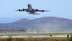 Die Virgin-Orbit-Boeing Cosmic Girl startet mit der Rakete, die in einer Höhe von 10.000 Metern ausgeklingt werden sollte. Kurz nach dem Start musste abgebrochen werden. (Bild: Associated Press)