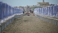 Derzeit sind die Sonnenschirme an Italiens Stränden noch nicht geöffnet, aber geht es nach Außenminister Luigi Di Maio, soll der Neustart des Tourismus am 15. Juni in der ganzen EU erfolgen. (Bild: AP)