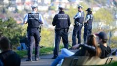 Polizeibeamte kontrollieren in einem beliebten Park im Süden Stuttgarts die Einhaltung der Vorschriften zur Eindämmung des Coronavirus. (Bild: APA/dpa/Sebastian Gollnow)