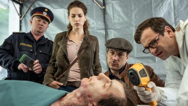 """Edi Jäger (li.) im TV-Krimi """"Die Toten von Salzburg"""" (Bild: Toni Muhr)"""