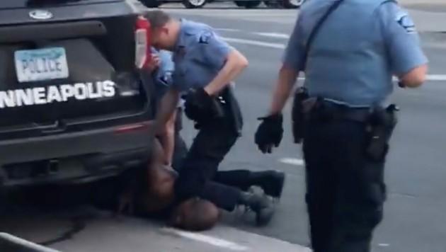 Vier Polizisten waren Teil der tödlichen Festnahme Georg Floyds. Auf dem Bild ist Derek Chauvin zu sehen, der am Mittwoch auf Kaution frei kam. (Bild: AFP/Darnella Frazier via Facebook)