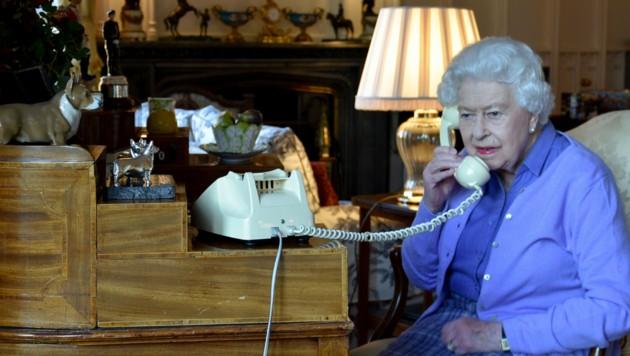 Queen Elizabeth II. auf Schloss Windsor bei einem Telefonat mit Boris Johnson (Bild: APA/AFP PHOTO / BUCKINGHAM PALACE)
