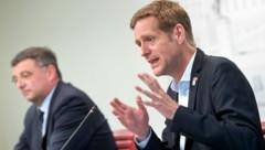 SPÖ-Vize-Klubchef Jörg Leichtfried (l.) und Budgetsprecher Jan Krainer (Bild: APA/ROLAND SCHLAGER)