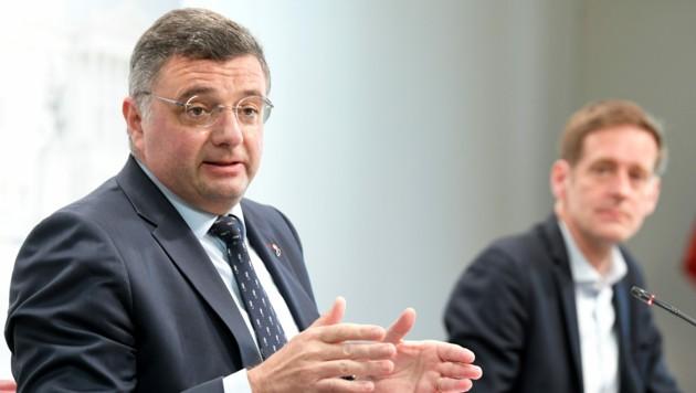 Auch Jörg Leichtfried (SPÖ, hier im Bild mit Fraktionsführer Kai Jan Krainer) bemängelt das Verhalten der ÖVP im Ausschuss. (Bild: APA/ROLAND SCHLAGER)