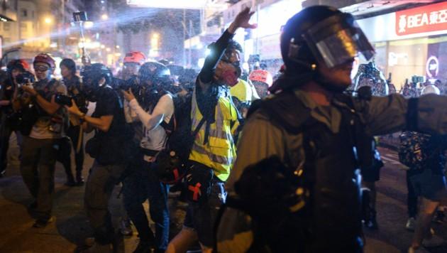 In diesem Archivfoto aus dem September 2019 geht die Polizei in Hongkong mit Pfefferspray gegen Demonstranten vor.