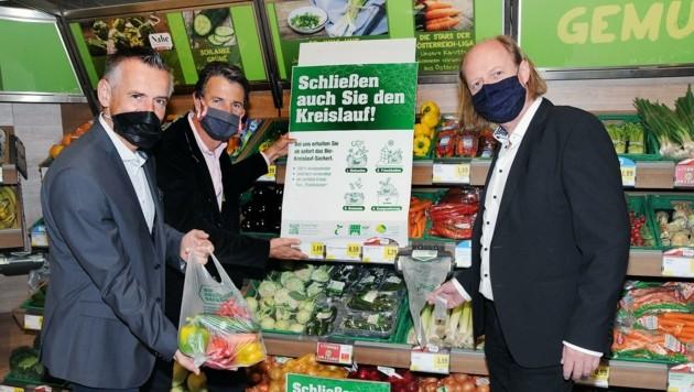 Mit Bio-Sackerln gegen die Plage: Martin Leonhartsberger, Hubert Seiringer und Walter Brandhofer (v. li). (Bild: Crepaz Franz)