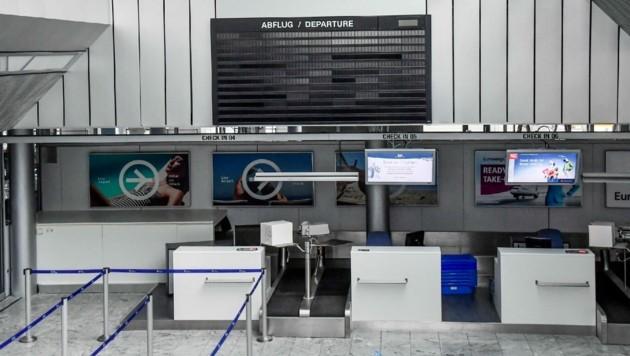 Verlassener Airport: die Anzeigetafel ist leer, die Halle ebenfalls