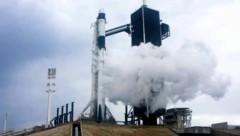 Die SpaceX-Rakete kurz bevor der Start abgebrochen wurde. (Bild: AP)