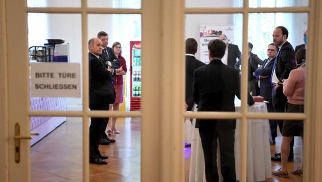 Der Streit um das Budget 2020 machte am Donnerstag eine Stehpräsidiale in einer Cafeteria neben dem Sitzungssaal notwendig. (Bild: APA/ROLAND SCHLAGER)