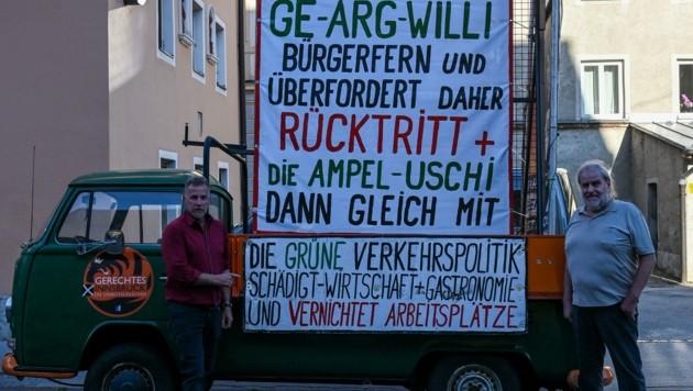 Von Gerald Depaoli (li) kam für Franz Litterbach Unterstützung mit einem Plakat. (Bild: zeitungsfoto.at/Liebl Daniel)