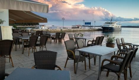 Die Zeit der leeren Restaurants an Kroatiens Küste könnte schon bald vorbei sein. Ab Donnerstag dürfen Reisende aus zehn EU-Ländern wieder ohne Beschränkungen einreisen. (Bild: AP)