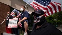 Demonstranten fordern den Gouverneur von New York dazu auf, die Geschäfte wieder aufzusperren. (Bild: AP)