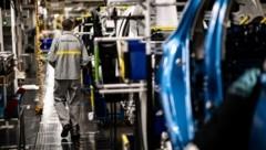 Der angeschlagene französische Autohersteller Renault will weltweit rund 15.000 Arbeitsplätze abbauen. (Bild: AFP)