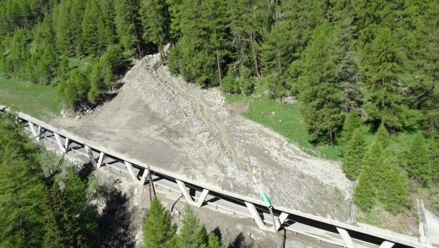 Dieses Bild wurde einen Tag nach dem Felssturz aufgenommen. (Bild: Land Tirol)