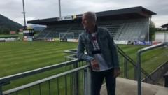 Heimo Pfeifenberger an seinem ehemaligen und künftigen Arbeitsplatz: Das ehemalige Bundesliga-Stadion in Grödig. (Bild: Herbert Struber)