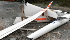 Flugzeugabsturz am Weißeck im Lungau. Das Wrack wurde vom Helikopter ins Tal geflogen. (Bild: Krone/Roland Holitzky)