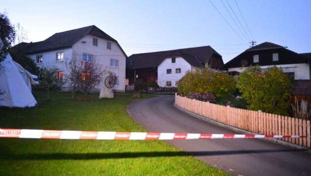 Nach dem ersten Mord wurde die Zufahrt zur Flüchtlingsunterkunft gesperrt (Bild: Lauber/laumat.at Matthias)