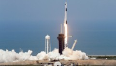 Die SpaceX Falcon 9 beim Start in Cape Canaveral, Florida (Bild: AP)