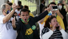 Unterstützer des brasilianischen Präsidenten Jair Bolsonaro beschimpfen Journalisten in der Hauptstadt Brasilia. (Bild: AP)