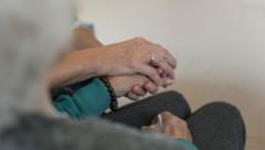 Während das Personal in den Seniorenheimen bereits auf das Virus getestet wurde, müssen mobile Pfleger noch warten (Bild: Tim Ertl)