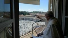 Zum ersten Mal seit Monaten hat Papst Franziskus zu Pfingsten sein Sonntagsgebet wieder von seinem Fenster aus vor Gläubigen abgehalten. (Bild: Handout / VATICAN MEDIA / AFP)