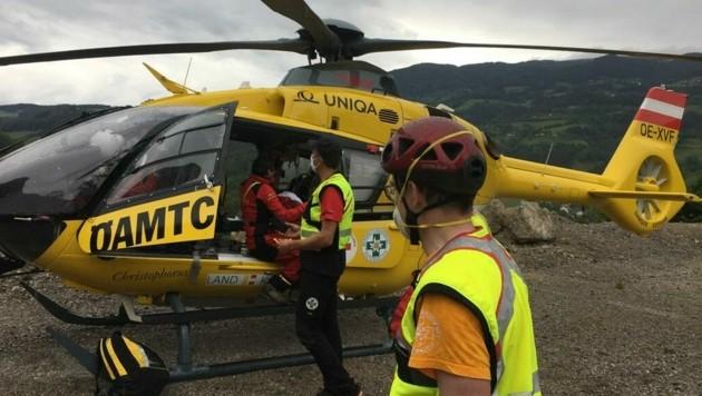 Der Rettungshubschrauber Christophorus 11 flog die Verletzte ins Krankenhaus. (Bild: Bergrettung Klagenfurt)