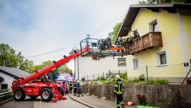 Die Feuerwehr unterstützte die Rettungskräfte bei der Bergung des Patienten (Bild: Gerald B.)
