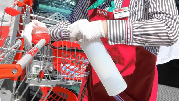 Zusätzliche Desinfektion kostet Handel Geld und Personal. (Bild: Uta Rojsek-Wiedergut)
