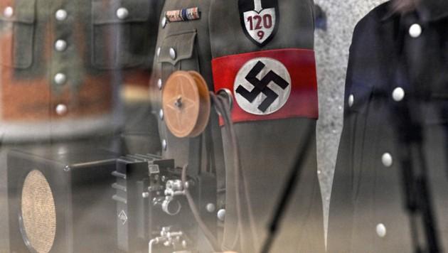Uniformen aus dem Zeiten Weltkrieg im Heeresgeschichtlichen Museum (HGM) in Wien (Bild: APA/HERBERT NEUBAUER)