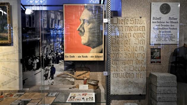 Ein Hitler-Plakat im Heeresgeschichtlichen Museum in Wien (Bild: APA/HERBERT NEUBAUER)