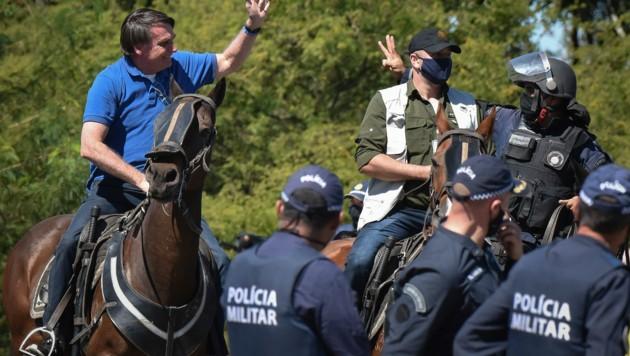 Während es in Brasilien bereits mehr als 500.000 bestätigte Corona-Fälle gibt, spielt Präsident Jair Bolsonaro (l.) die Gefährlichkeit der Pandemie weiter herunter. (Bild: AP)