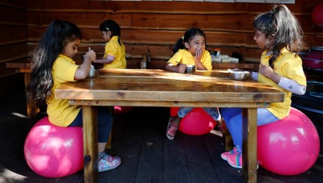 Am Montag öffneten in Großbritannien die Kinderbetreuungseinrichtungen nach wochenlanger Schließung. (Bild: AP)