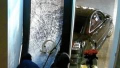 Die Einbrecher drangen im Februar mittels eines improvisierten Rammbocks in das Geschäft am Alten Markt in der Stadt Salzburg ein und erbeuten Schmuck und Uhren. (Bild: APA/LPD SALZBURG)