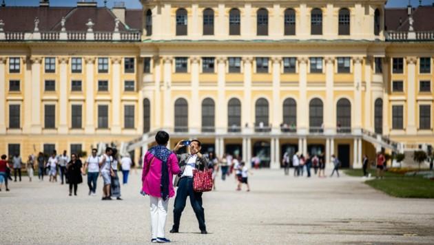 Die Touristen vor dem Schloss Schönbrunn in Wien fehlen derzeit noch. (Bild: APA/GEORG HOCHMUTH)