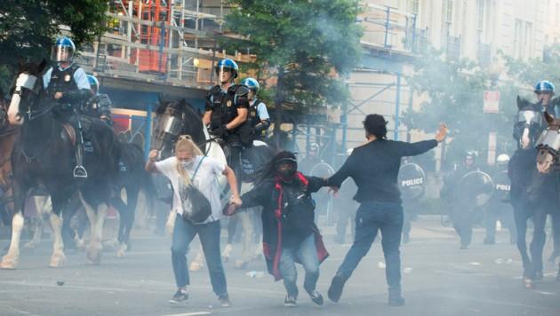 Die Polizei in Washington setzt Tränengas gegen die Demonstranten ein. (Bild: AFP)