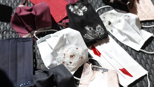 Mit Kreativität kann auch aus banalen Schutzmasken ein modisches Accessoire werden. (Bild: Maurice Shourot)