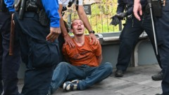 Ein festgenommener Demonstrant in New York (Bild: AFP)
