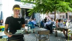 Die Franzosen dürfen wieder in Cafés gehen - und genießen es. (Bild: AFP)