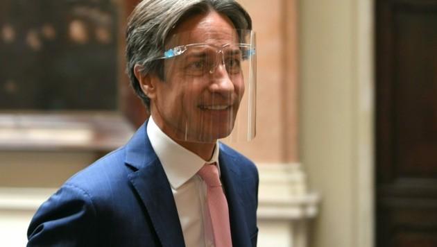 Ex-Finanzminister Karl-Heinz Grasser mit Gesichtsvisier (Bild: APA/ROLAND SCHLAGER)