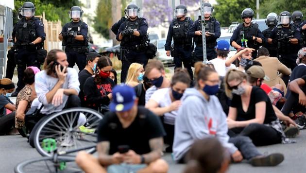 Protestierende in Hollywood werden von der Polizei bewacht. (Bild: AFP/Getty Images/Mario Tama)