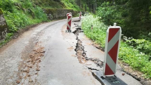 Enorme Schäden machen es unmöglich, die Straße zu befahren. (Bild: Johanna Aschbacher)